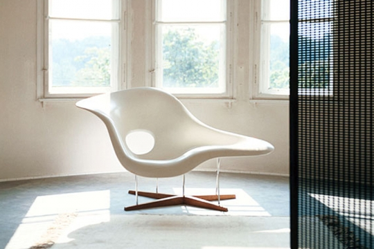 La chaise vitra organic sitting designed by charles for Chaise design vitra